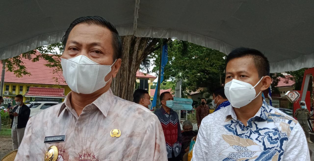 Petugas Kebersihan DLH dan Disperkim Terima Bantuan Sembako dari Bank Kalsel