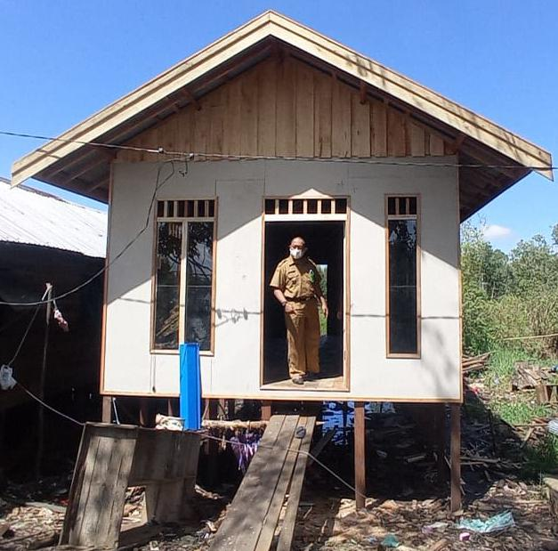 YBM PT PLN UIKL Kalimantan Bedah Rumah Ibu Halimah di Landasan Ulin Selatan