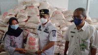Wawali Banjarbaru dan Kadinsos Pantau Penyerahan Bantuan Beras Berjalan Lancar